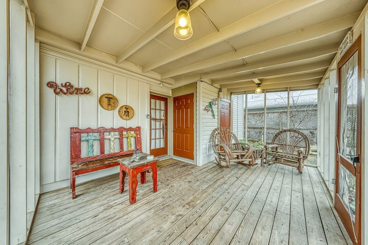 Peaceful home right near downtown - walk everywhere, 2 dogs welcome!