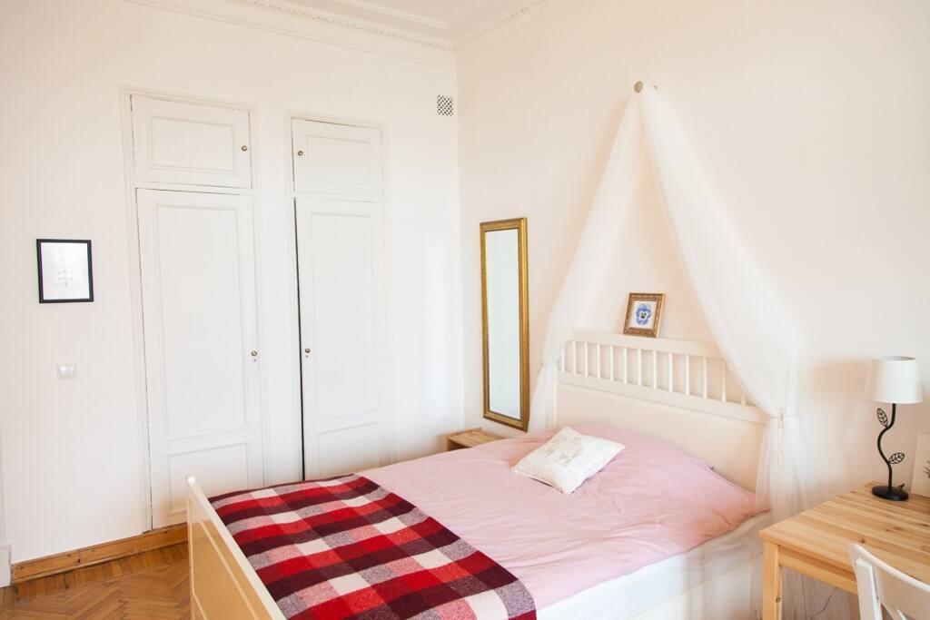 Платяные шкафы расположены в нишах, что оставляет в комнате много свободного места. Внутри шкафов 2 отделения - с полочками и штанга с плечиками.