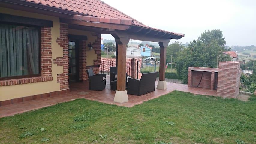 La casa se encuentra a 4 km de la playa de cuchia - Cudón - Chalé