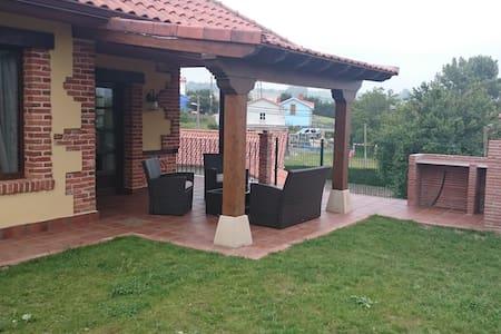 La casa se encuentra a 4 km de la playa de cuchia - Cudón - Almhütte
