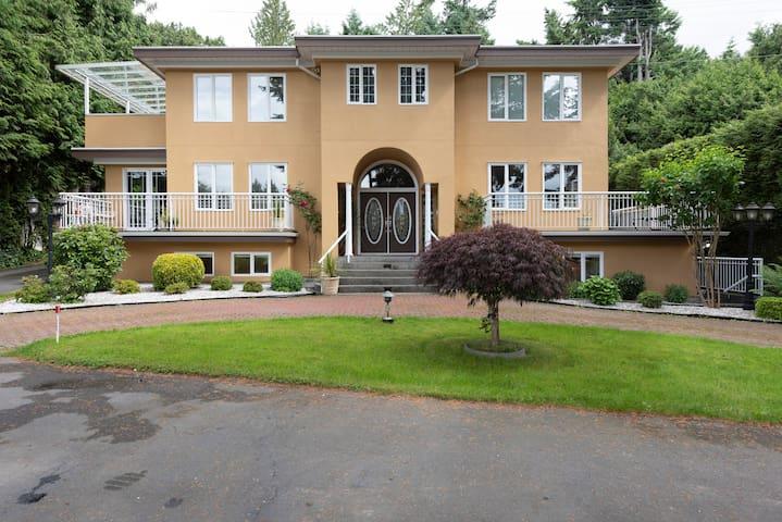 Luxury suite, 3 bedrooms 1 bathroom ,Vancouver