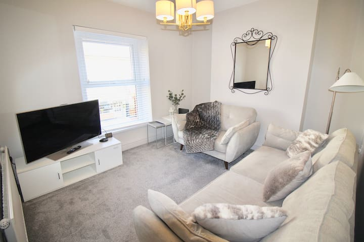 Gorgeous apartment - few mins drive from Cardiff!