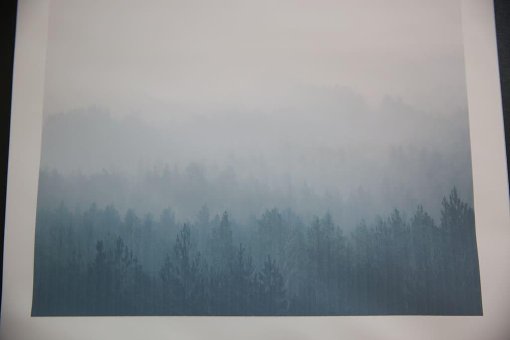墙上的画是【挪威森林】里的迷雾 Norwegian Wood on the wall.