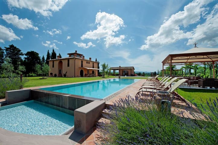 Stunning Villa with view, pool, jacuzzi, lestra