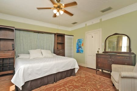 Florida Room King Bed w/en Suite (on 2nd Floor)