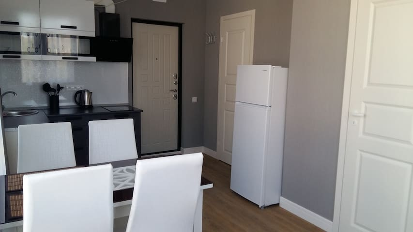 Кухонная зона с обеденным столом