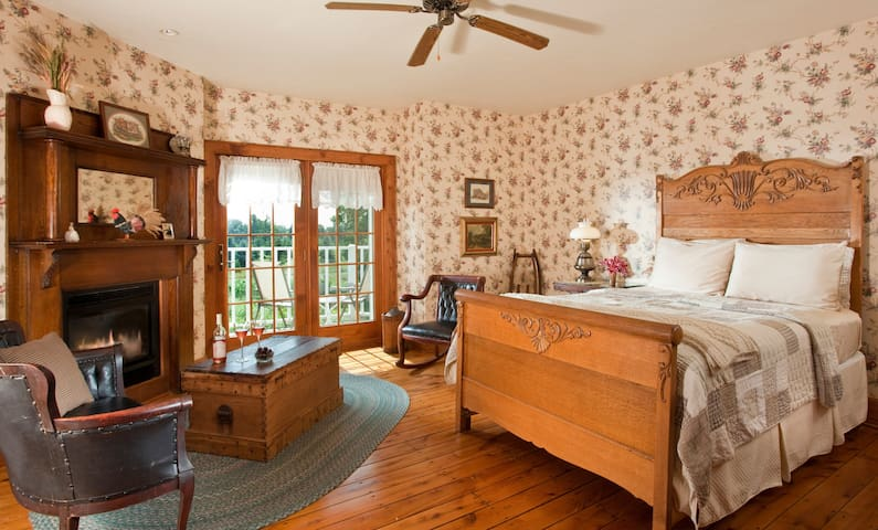 Chanticleer Guest House-Granary Room