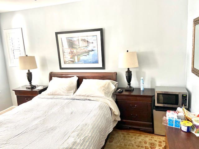 Bright one bedroom in Beverly Hills-adjacent