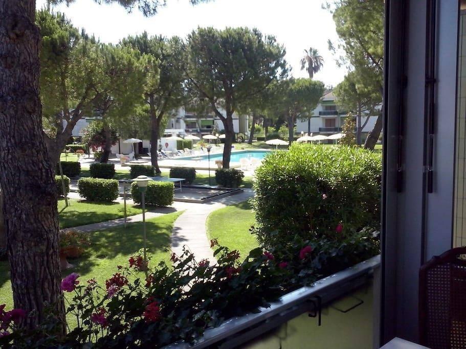 terrazzo vivibile con vista parco e piscina