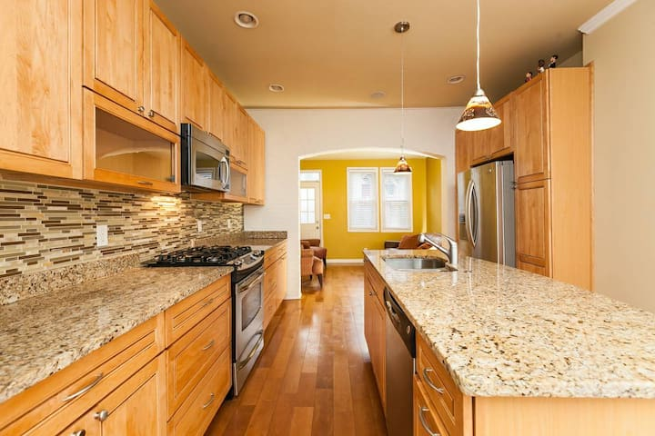 Renovated 2 story 2bdr Row home - Baltimore - Townhouse