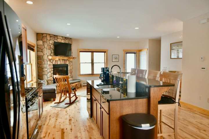 New! Luxury Town House On West Mtn Near Ski Lifts.