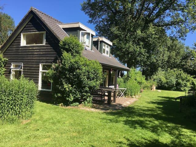 Idyllisch zomerhuis, niet ver van Giethoorn!