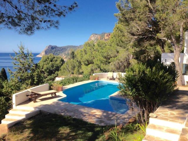 Villa en Es Cubells, vistas privilegiadas al mar