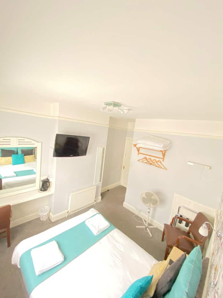 Lovely Double en suite room available for let