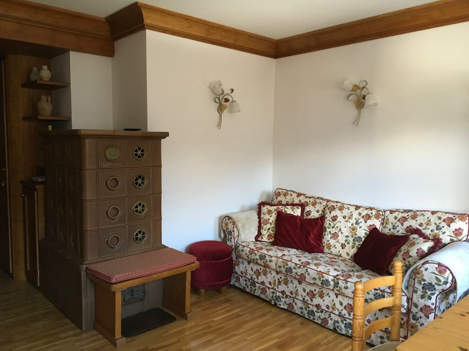 Il salotto con stube e divano