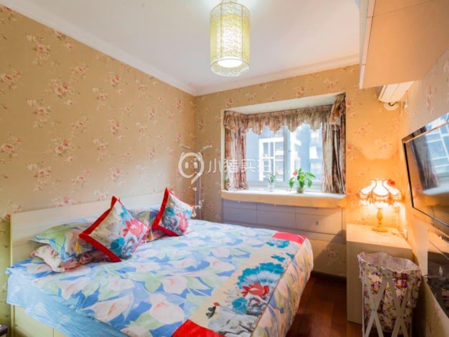 卧室配有东芝电视机、松下电器生产的空调、梳妆台、1.8米*2米的商务大床房、大自然综床垫、床上用品全套罗莱家纺品牌。温馨、舒适。