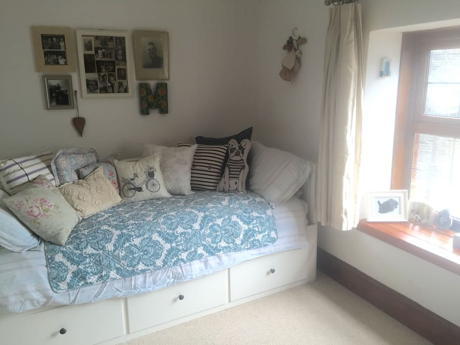 bedroom single or double bed available