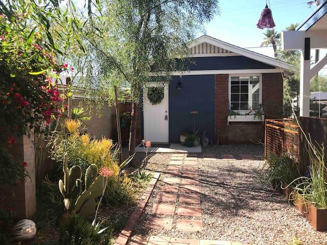 Indigo Bungalow- detached guesthouse & patio