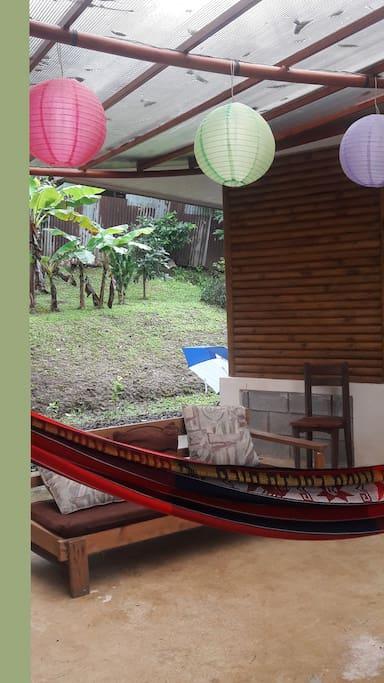 Posee espacios para descansar y compartir en familia; también está equipada con juegos de mesa