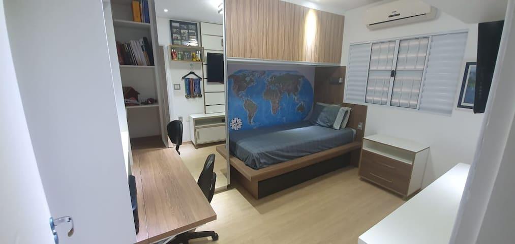 Quarto com cama de Solteiro + uma cama embutida na parte inferior.  O espaço possui mesa de trabalho com cadeira, Guarda Roupa e  criado mudo. Ar Condicionado. Excelente Iluminação.