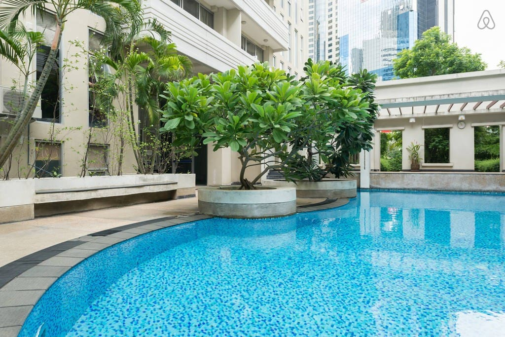 Quiet & Beautiful swimming pool in the heart of Bangkok. An unique experience !
