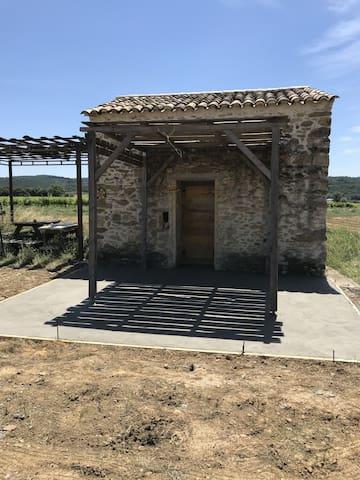 Un petit cabanon au milieu des vignes