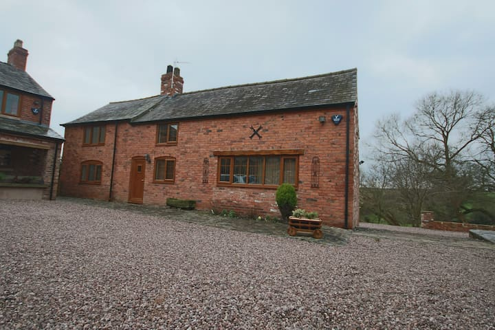 Detached spacious cottage in Cheshire Countryside