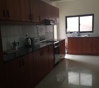 Private, en-suite room in lovely Kacyiru home - Kigali - Huis
