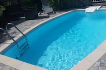 Vue sur la piscine de la Villa Chez YANOU