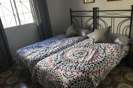 nice double room in La Linea town centre - La Linea - Huis