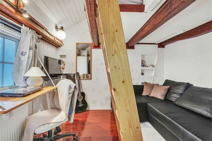 Room & breakfast in a renovated 1700s wooden house