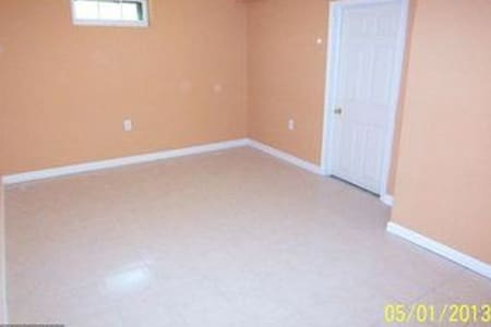 Nice, quiet, cool basement, 6 miles to DC - Hyattsville - Hus