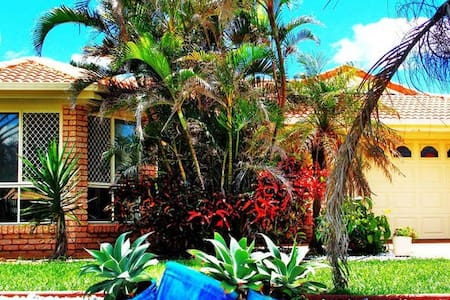 Beautiful Oceanfront Home, private room & bathroom - Coral Cove