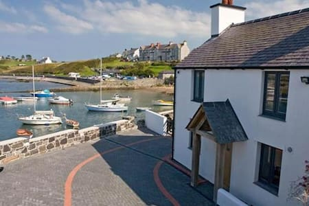 Ty Lawr - Cemaes Bay