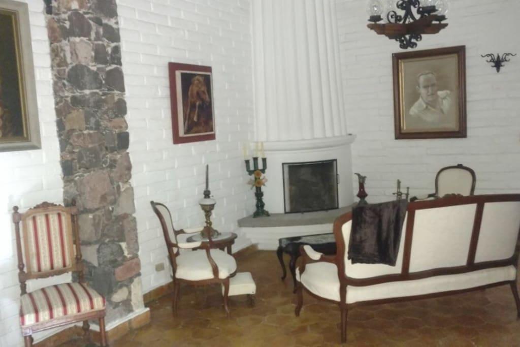 Vista de sala con chimenea
