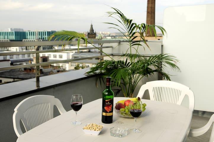 Střešní apartmán s balkonem v centru Prahy