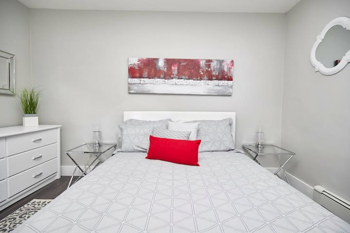 Clifton Hill Luxury Condo - 102- 48 Hour Sale - No Fees - Save $99 to $399