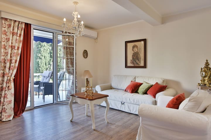 Spacious Red Two bdr ap. close to the Old Town