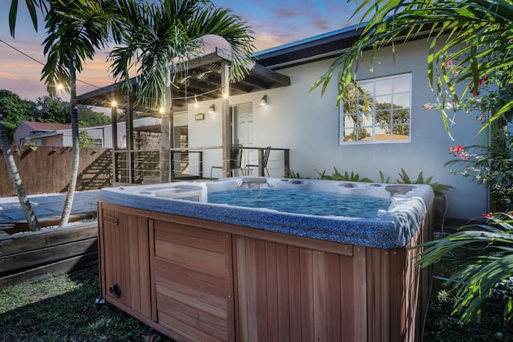 The Tropical Miami Compound- 3 br/ 2 bath- hot tub