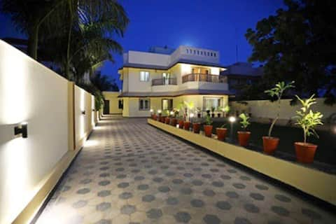 MiaoNPapa 's Hill View Room (4 BHK/Garden)