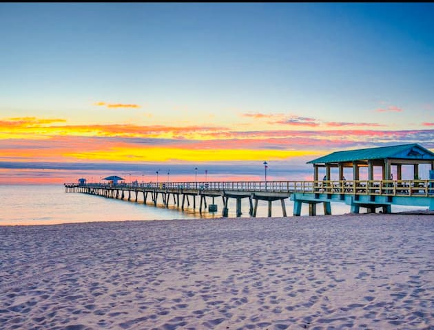 MAISON MIRAMAR IS A 6 MINUTE WALK TO THIS BEACH AND FISHING PIER OF LAUDERDALE BY THE SEA WITH LOTS OF GREAT RESTAURANTS TO CHOOSE FROM