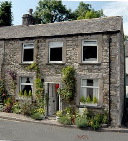 LAKE DISTRICT COTTAGE - GREAT LOCATION