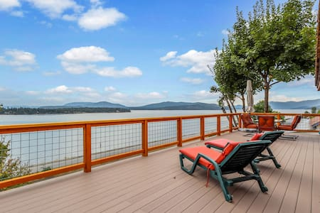 Beautiful cabin w/ mountain & lake views, a gas grill, & a large deck!