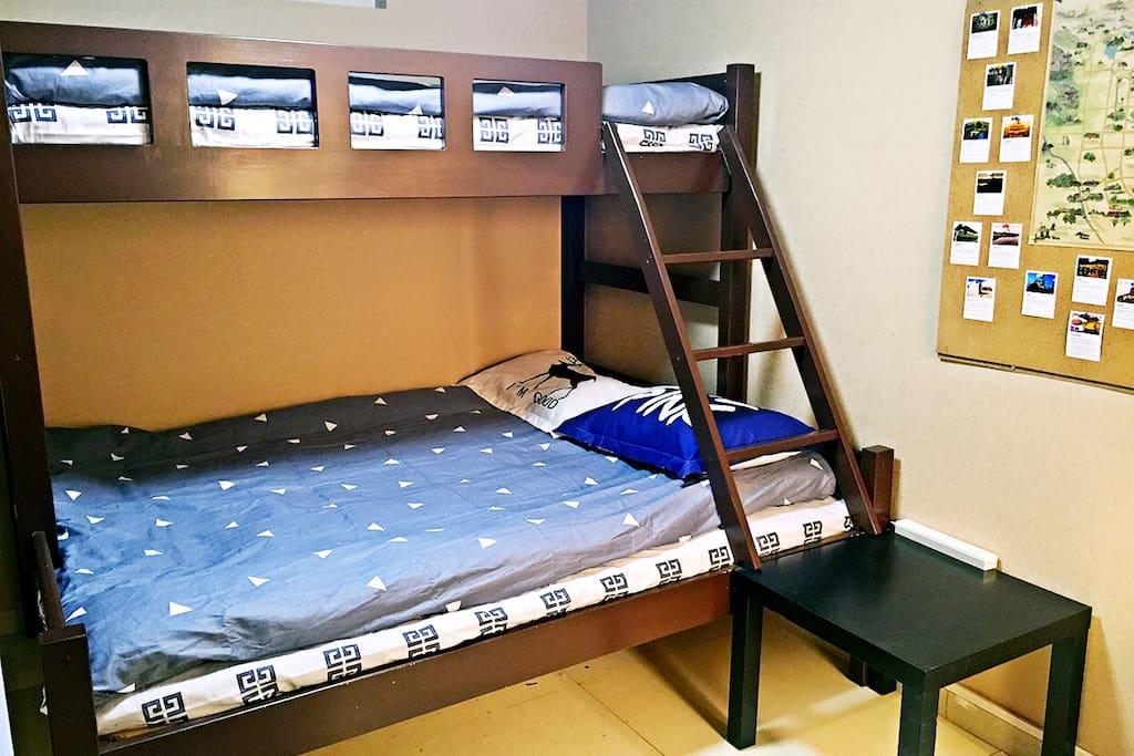 下床1.5米宽,上床0.9米宽 The down bed 1.5 meters wide, the up bed is 0.9 meters wide