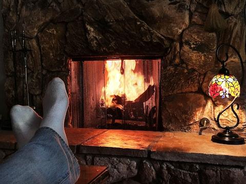 Romantic Cabin, Fireplace, Jacuzzi Tub, Sauna & AC