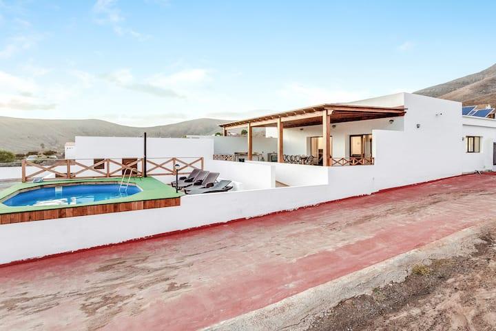 """Amplia """"Casa el Aceitunal"""" con vistas a la montaña, Wi-Fi, jardín, terraza y piscina; aparcamiento disponible"""