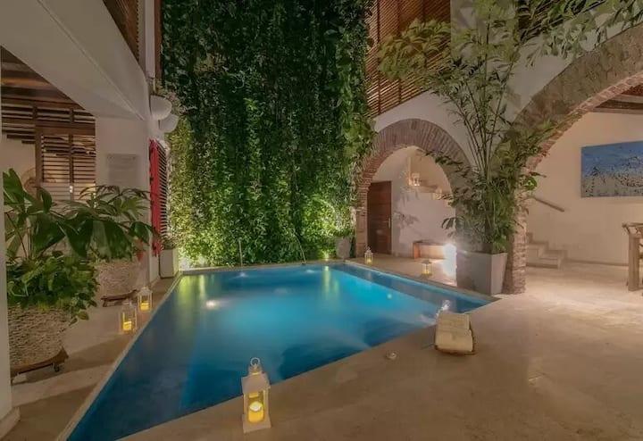 Prime Location Villa w/ 2 Pools, Rooftop Terrace