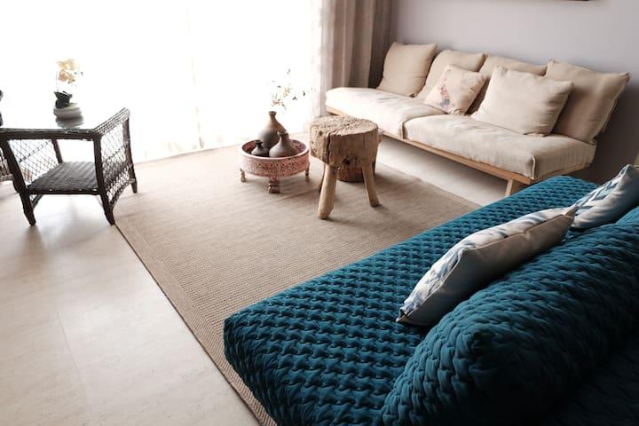 Modern Rustic Space - By The Sea - Batu Ferringhi - Apto. en complejo residencial