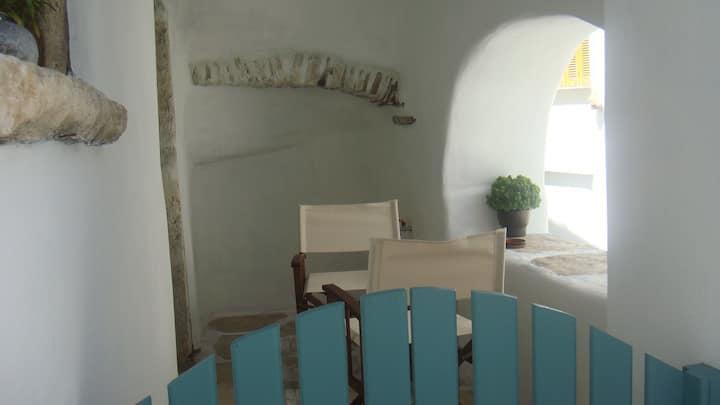 Παλιό κελάρι  σε πέτρινο σπίτι