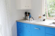 Kitchenette - cooktop + dishwasher.